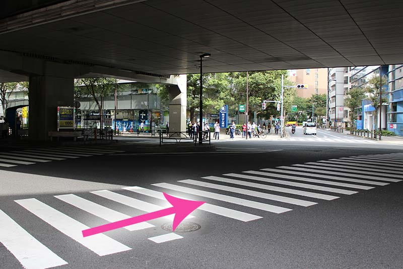 横断歩道を渡って⾸都⾼下をくぐります。