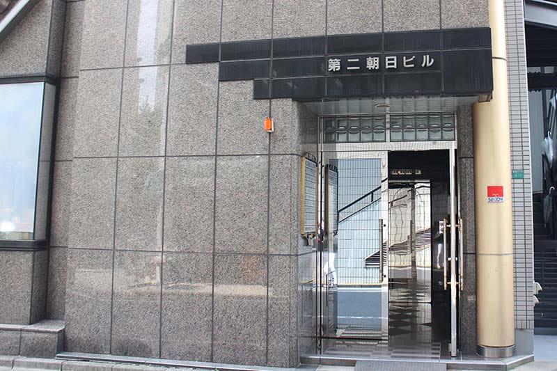 同じビルの裏⼿にある⼊⼝からエレベーターで3階までお上がりください。
