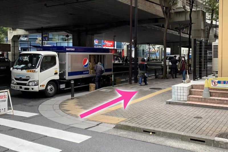 ⾸都⾼が通っている⼤通りに突き当たったら右に曲がります。